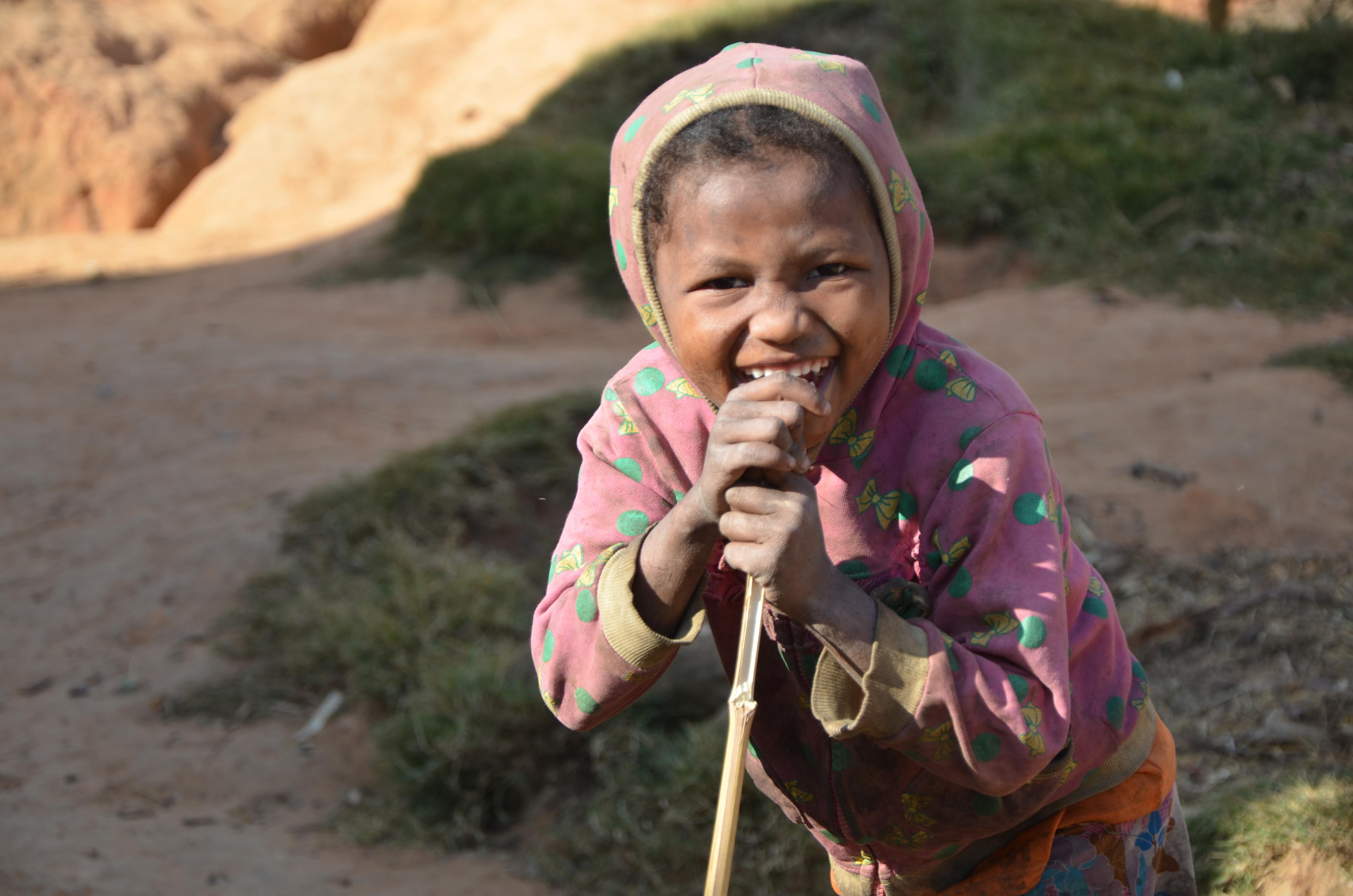 Petite fille rencontre sur le chantier d'eau