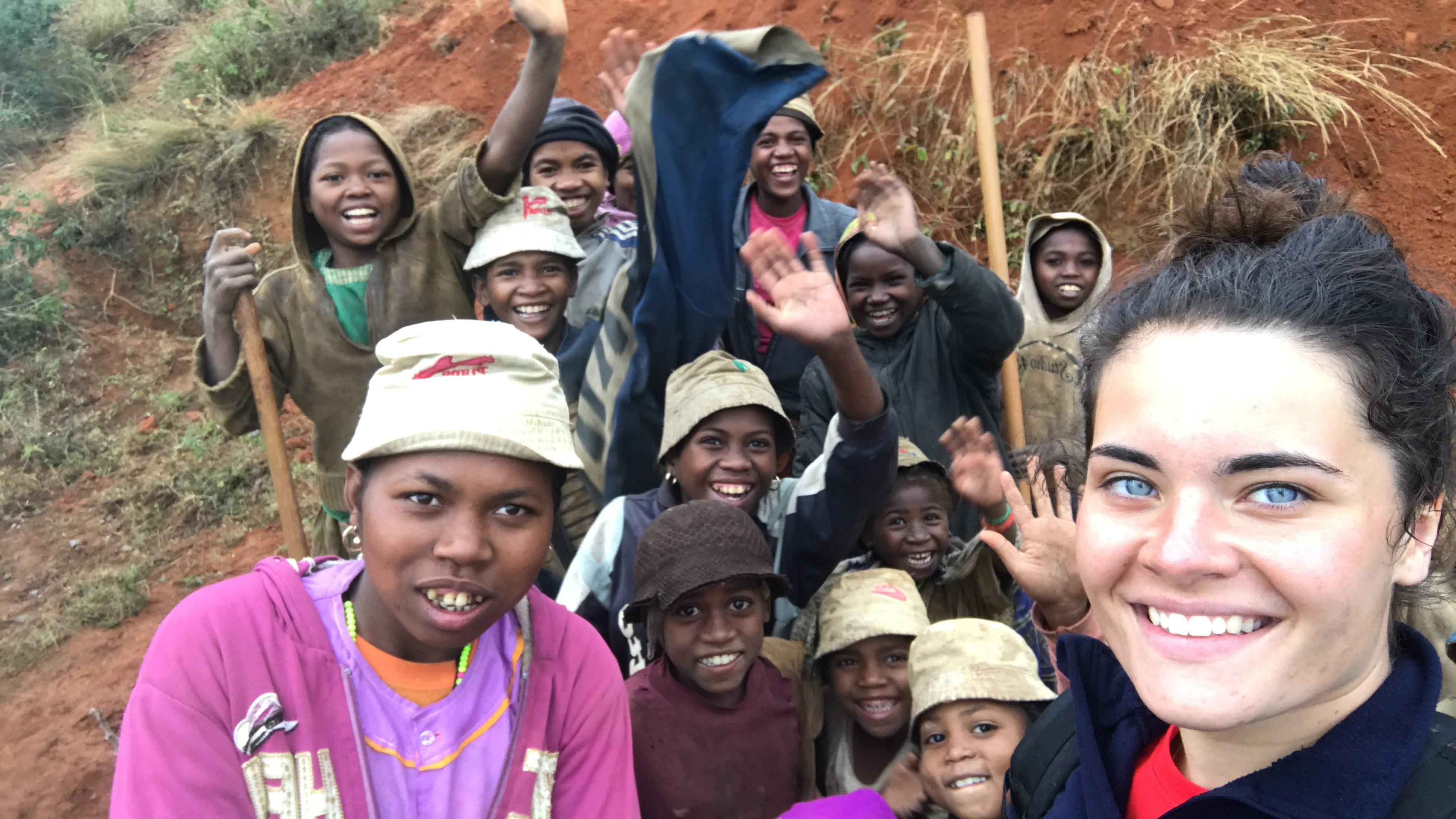 Enfants du village qui aident les membres de l'association pour creuser les tranchées qui accueilleront les tuyaux du réseau d'eau.