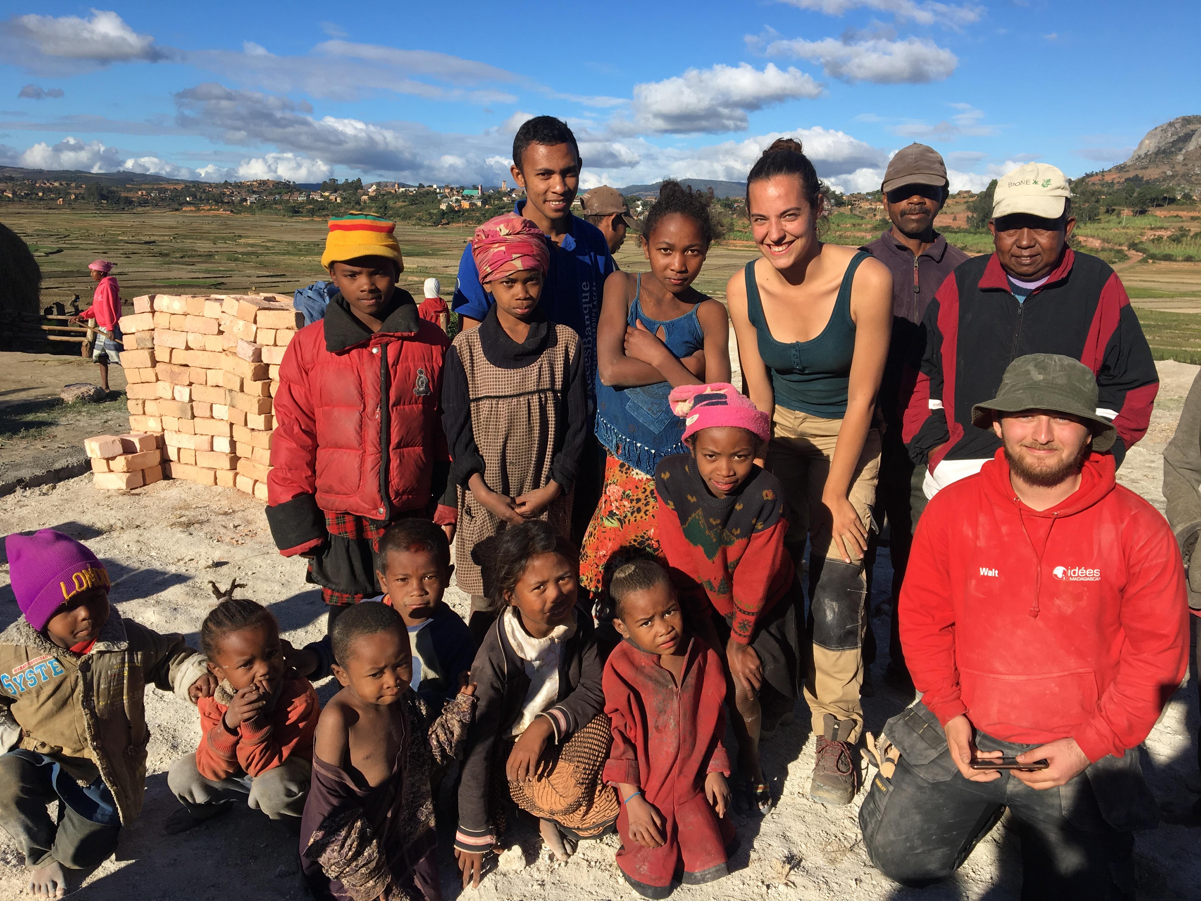 Maçons et enfants participant au chantier école avec les membres d'IDEES responsables de ce chantier.