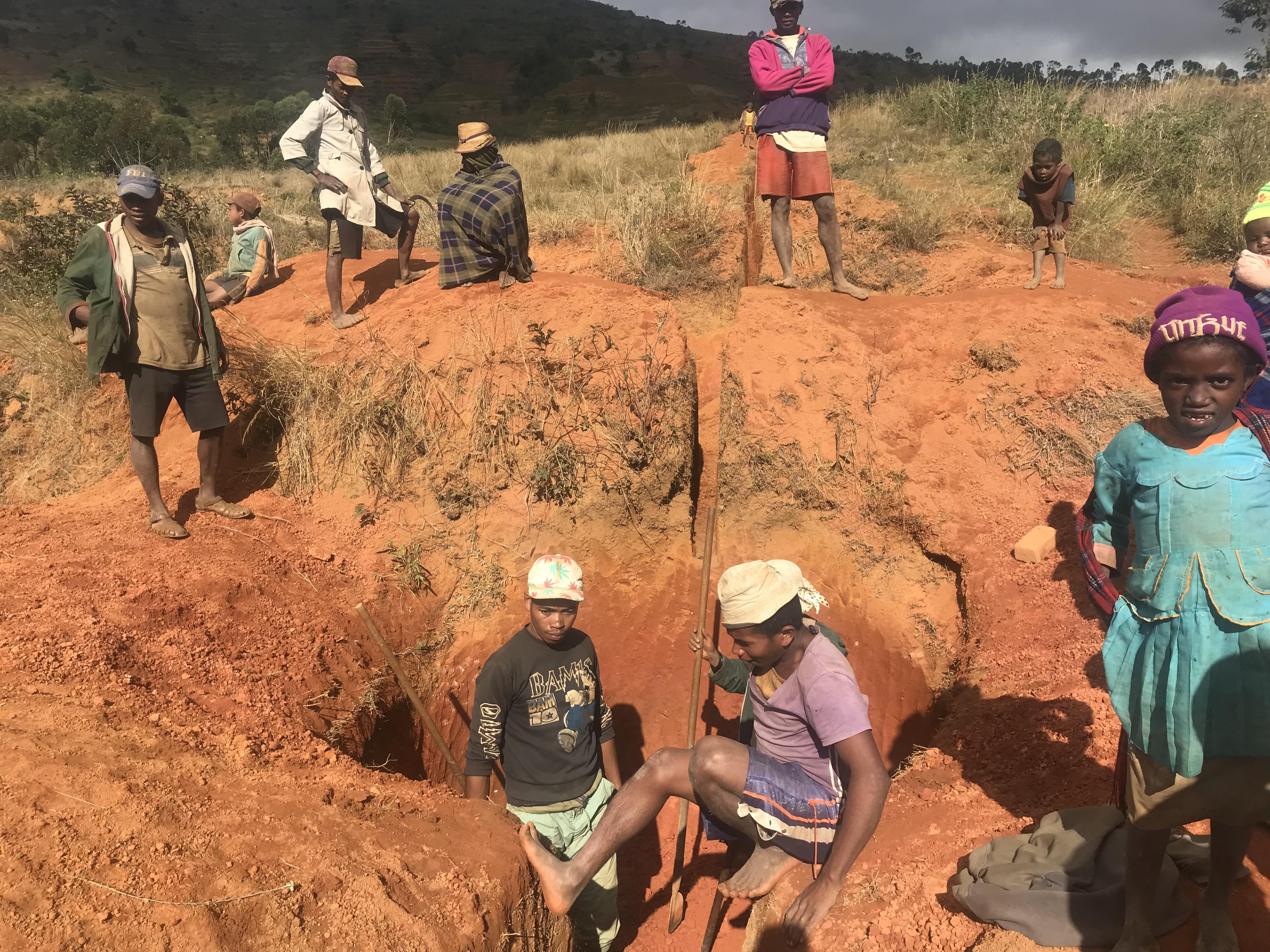 Villageois en train de creuser le trou qui accueillera la citerne du réseau d'eau construit en 2018.