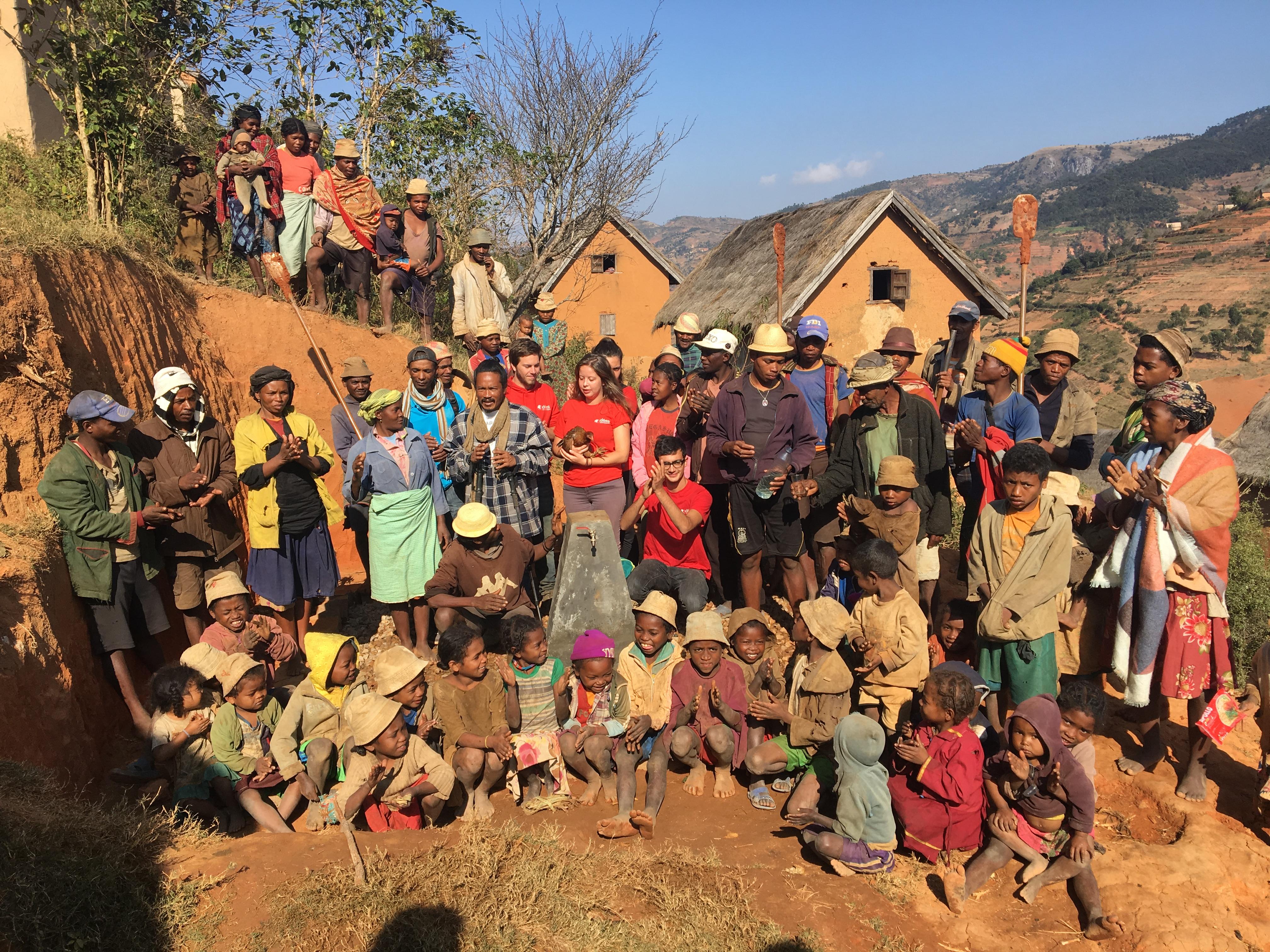 Inauguration du chantier eau construit en 2018 par les membres d'IDEES responsables de ce chantier et entourés des villageois.