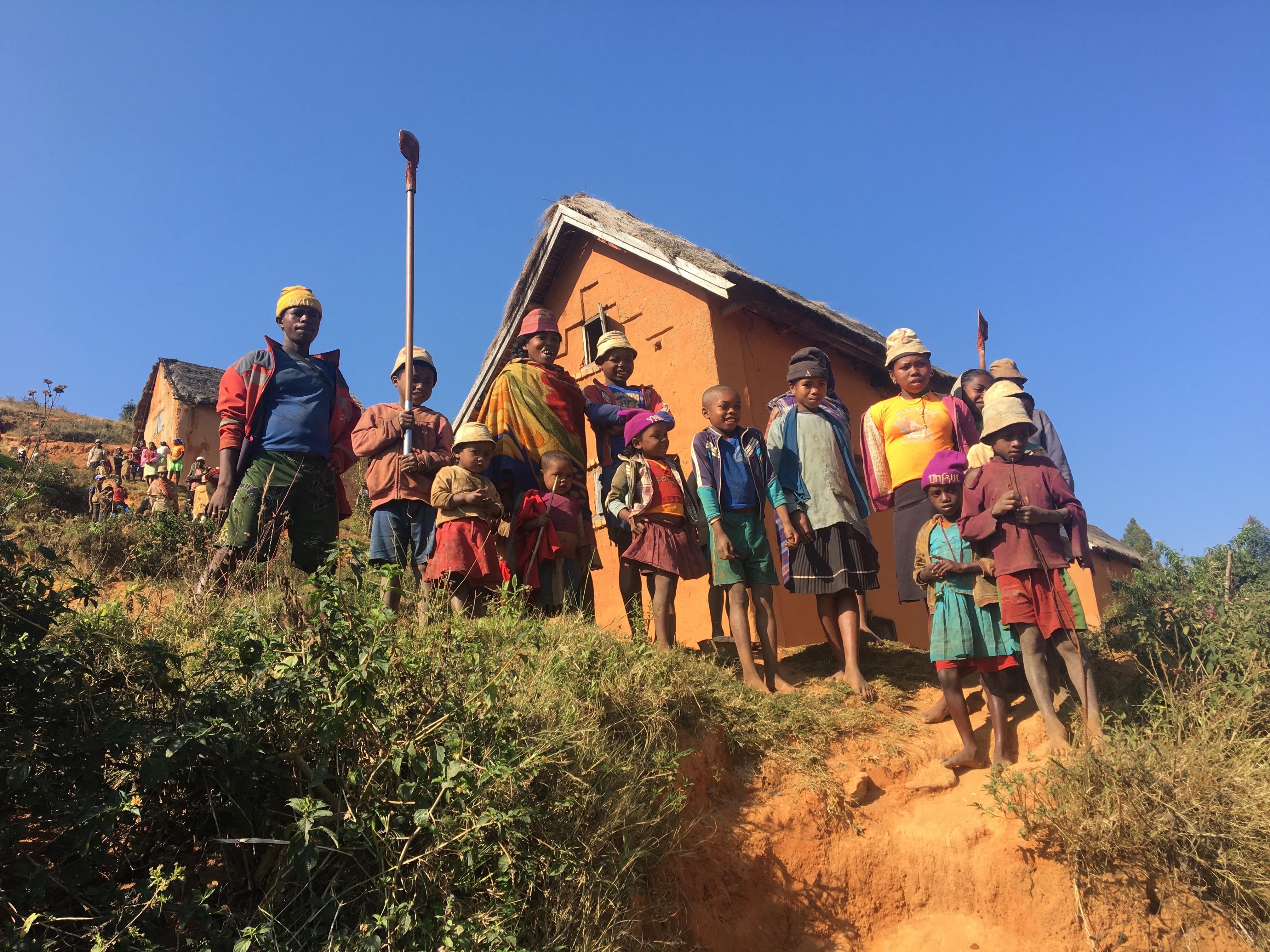 Villageois assistant à l'inauguration de leur réseau d'eau construit en 2018.
