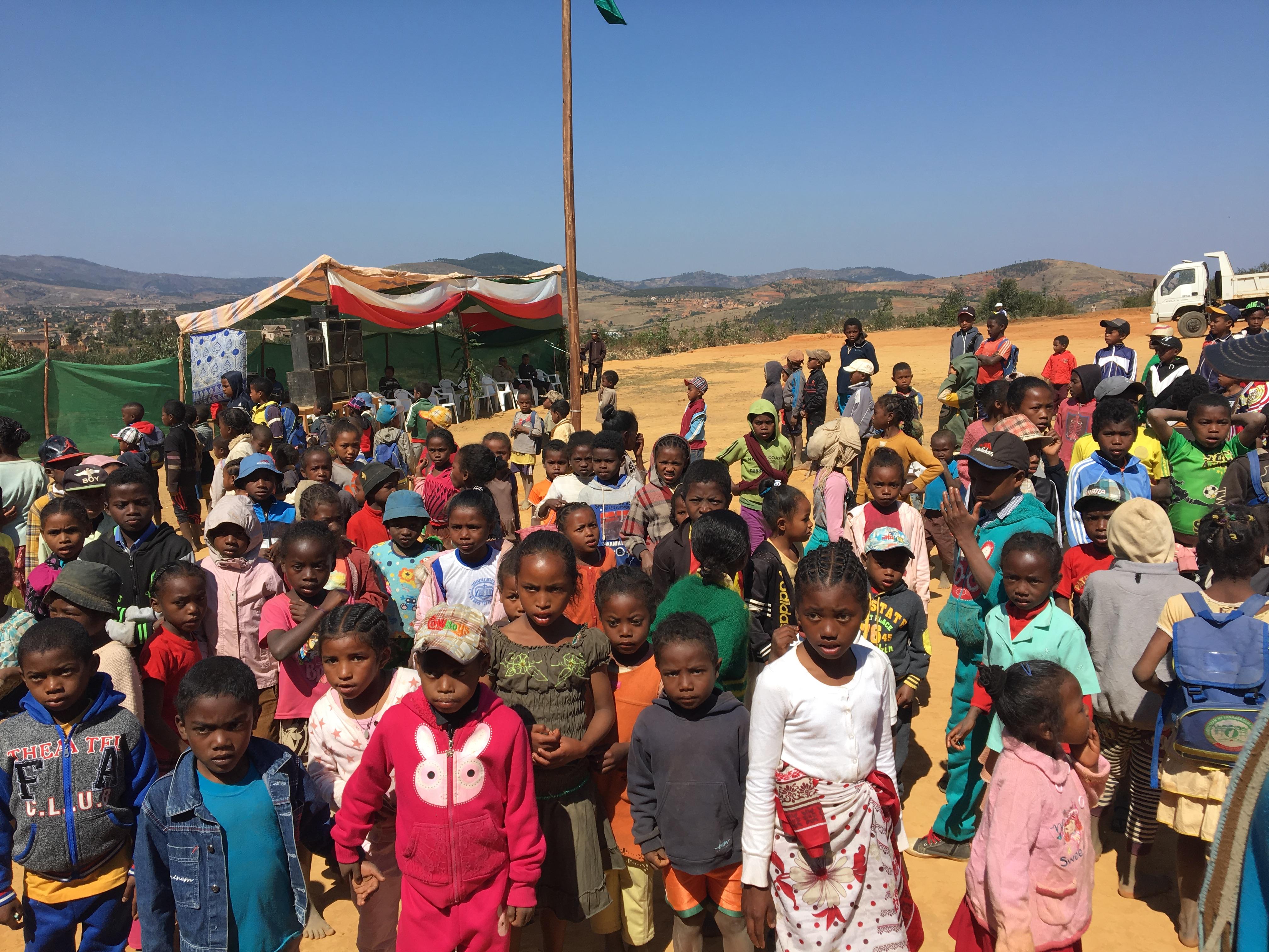 Enfants malgaches qui assistent à l'inauguration de leur école.