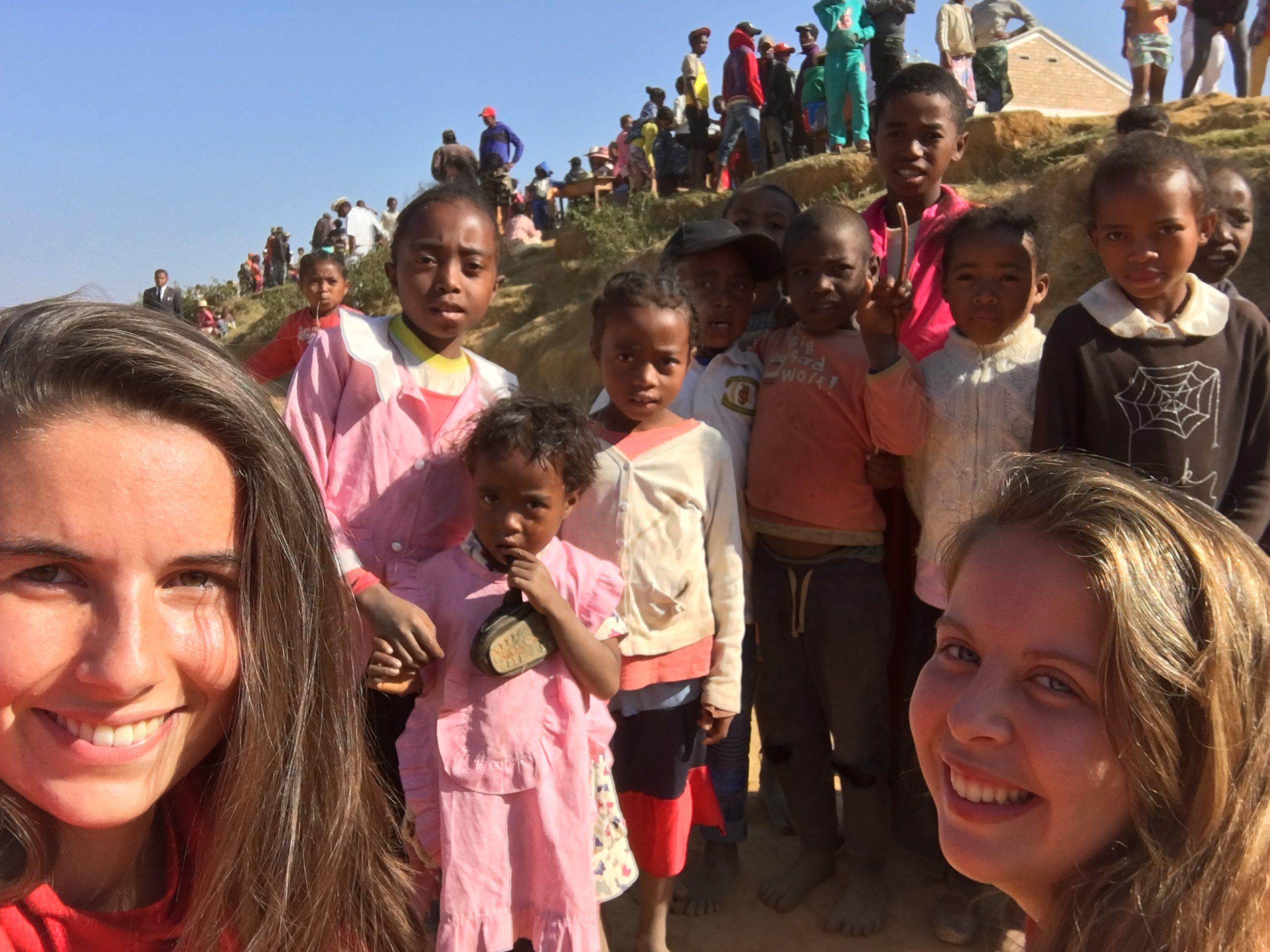 Camille et Laura entourées des enfants qui étudient dans l'école construite en 2017 et peinte en 2018.
