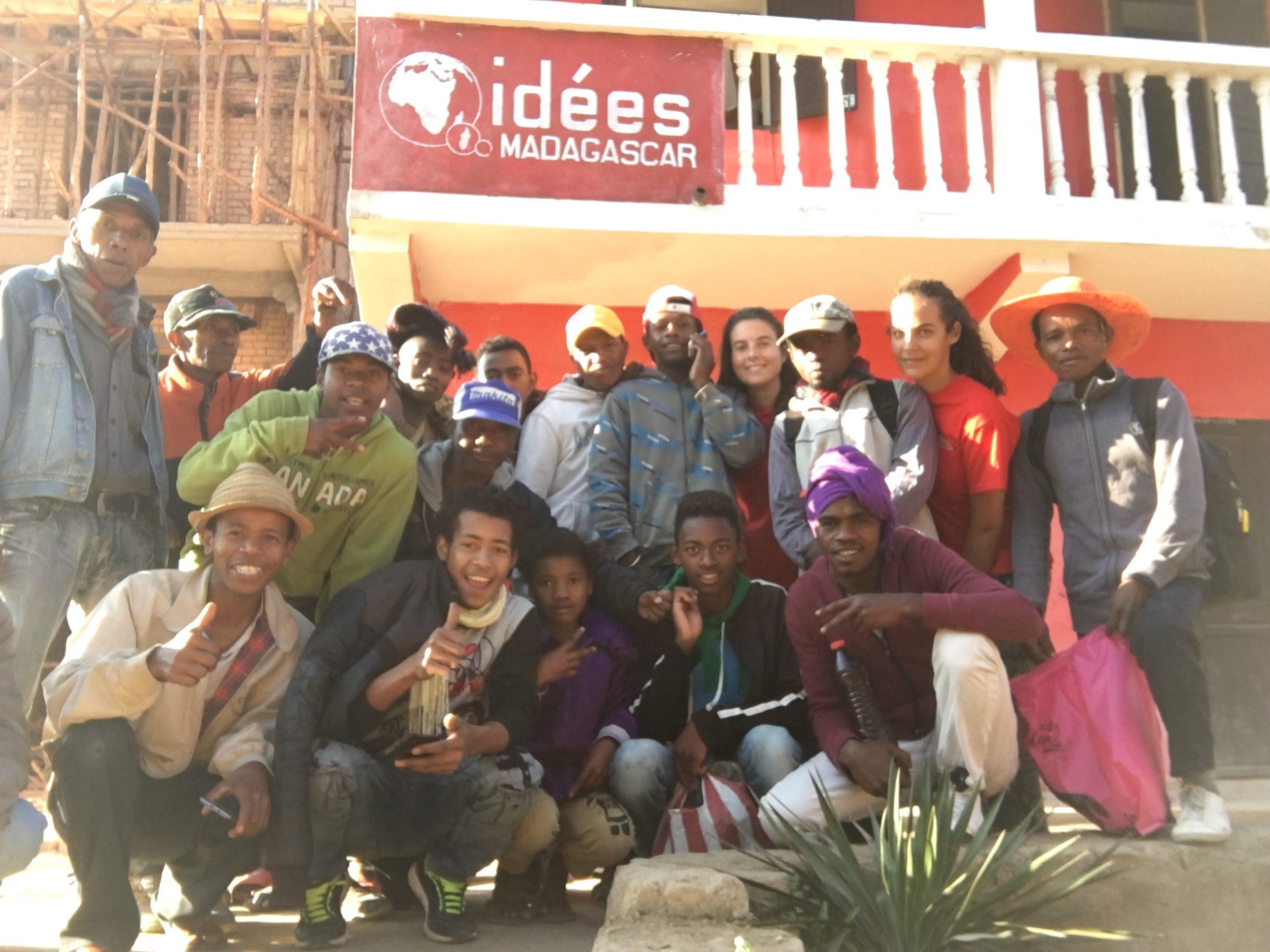 Equipe de maçons 2018 devant le club informatique avec les membres d'IDEES responsables du chantier école.